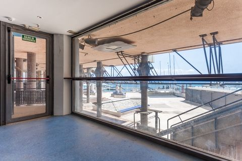 It sells local in Palma, area Avda Joan Miro, plaza Mediterranean. In the past are exploited as bar nightclub. The room overlooking the promenade has a constructed area of about 371 m2 divided in 3 floors ground floor 103 m2 with access from the stre...