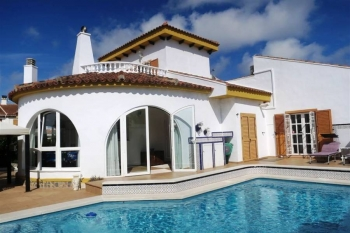 Detached Villas for sale situated in Pilar de la Horadada, Alicante, Spain. The property has 4 bedrooms and 3 bathrooms and a build size of 131.00m2. .The price advertised is the net price of the property and does not include buying costs, such as ta...