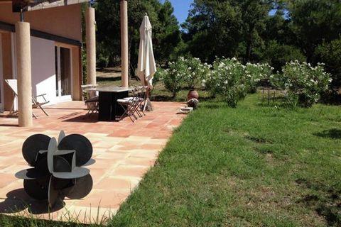 Cette villa luxueuse, conçue par le propriétaire même et occupant une magnifique situation, se trouve dans l'un des plus beaux endroits de la Côte d'Azur. Entourée de bois et de vignobles, elle est située à 2 km de Cogolin et à proximité de la célèbr...