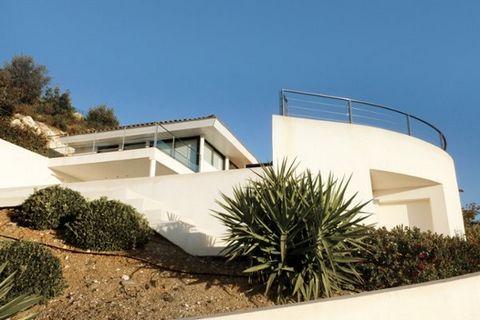 Roucas: Accés à la maison par 15 marches. Belle villa moderne