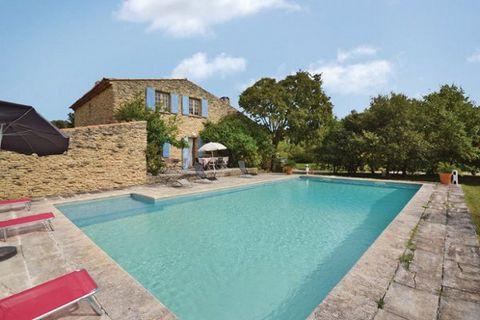 Belle maison de vacances en pierre, spacieuse et confortable, qui peut recevoir 10 personnes pour un séjour en famille sous le soleil provençal. Elle se trouve dans un endroit très calme: d'un côté se trouvent des vignobles, et de l'autre, à 200m un ...