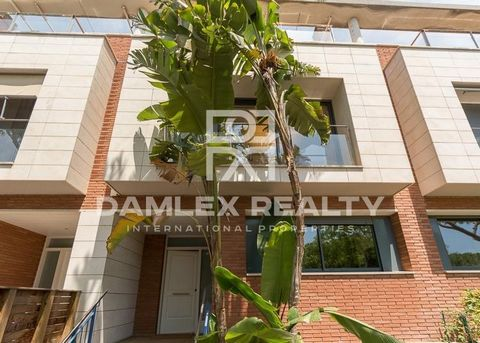 Townhouse in Gava de Mar, which is only 15 minutes from Barcelona.Townhouse located in front of the sea. Surface of 260m2, is built on two floors. 4 bedrooms, office, 3 bathrooms, large living room with access to a large terrace and equipped kitchen....