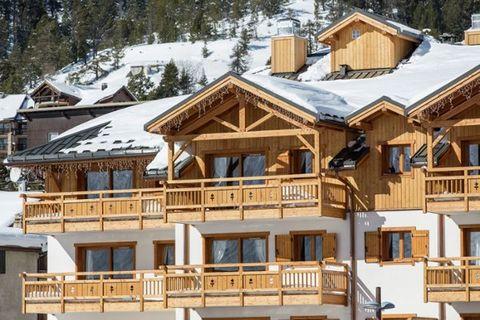 La résidence Le Napoléon est construite dans le style traditionnel local avec beaucoup de bois et en pierre naturelle, ce qui lui confère une atmosphère chaleureuse. Une adresse de vacances confortable pour des vacances de sports d'hiver relaxantes o...