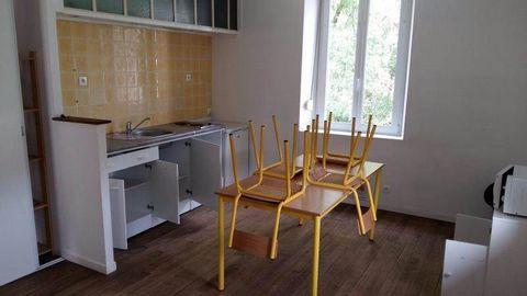 F3 de 55m² à louer1er étage - Entrée, cuisine aménagée ouverte sur séjour, salon (ou chambre), chambre, salle d'eau, toilettesChauffage électriqueDISPONIBLE DE SUITE