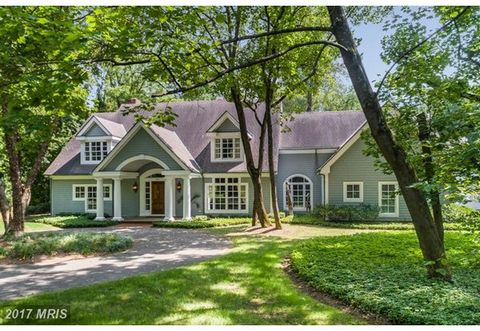 Magnificent Waterfront Home on the South River for luxurious living in a private setting. Enjoy water views, private dockage, adorable guest/pool house, and chef's gourmet kitchen in this custom home. Stately property with exceptionally designed and ...