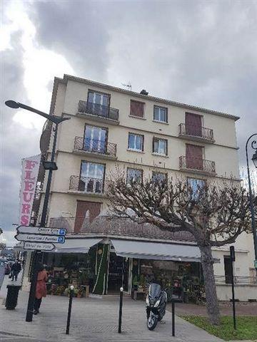 Appartement 2 Pieces de 46m²- en centre ville , Proche RER A- Entrée- Séjour sur terrasse- Cuisine équipée- Chambre- Salle de douches , wc- Cave en sous-sol Disponible le 02/11/2017 Chauffage individuel au gaz Loyer: 812euros CC - Honoraires: 598 eur...
