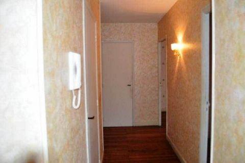 MAZAMET - PROCHE CENTRE VILLE - Appartement au 3ième étage comprenant 1 cuisine, 1 salon, 2 chambres, 1 salle d'eau avec WC, 1 cellier, 1 placard. Chauffage électrique -
