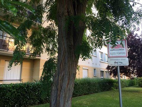 Vieux Saint-Maur, F3 de 49 m². Résidence calme, gardien, digicode. Cave. Entrée, séjour, cuisine séparée équipée, salle de bains, 2 chambres (dont 1 avec balcon). RER A à 12 mn à pied, proches tous commerces et commodités (écoles, etc ...).