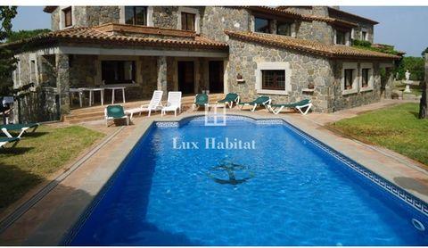 Ferme de 800 m2 sur 2 étages sur un terrain de 1.300 m2 entre Palamós et La Fosca, au cœur de la Costa Brava. Façade en pierre, en parfait état avec un jardin autour et une piscine. Il dispose de 7 chambres, 5 salles de bains, 2 d'entre eux avec jacu...