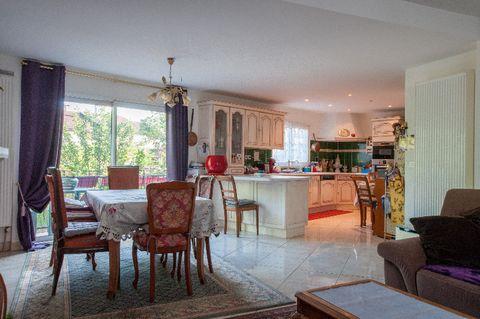 Quartier d'Adamville, près de la Place Rimini, dans une rue très au calme, maison individuelle de 102 m2 (surface utile 164 m2) sur 392 m2 de terrain. Au rez-de-chaussée, un très beau séjour de 42 m2, une cuisine US de 14 m2 équipée, une chambre et s...