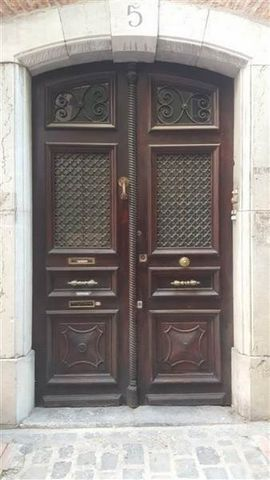 Perpignan, à vendre dans un immeuble bourgeois en centre-ville, ce très grand local d'environ 140 m², belles hauteurs, poutres, idéal pour bureaux de caractère, atelier d'art ou show-room professionnel. Deux entrées possibles. A voir absolument!