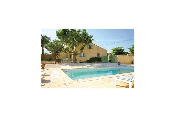 Pour votre séjour sous le soleil à Hyères, cette maison de vacances avec piscine sera idéale ! Située dans un cadre campagne à proximité du centre ville, la maison vous offre une agréable décoration de style provençal, un séjour ouvrant sur la terras...