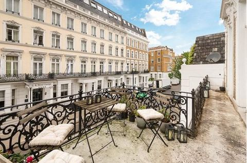 England - London - Earls Court. Apartment located in a beautiful Victorian building, consisting of entrance, living room and bedroom overlooking a beautiful and large terrace, separate kitchen, second bedroom and bathroom.