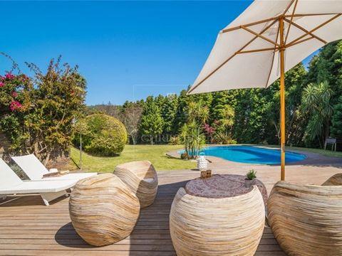 Maison, sur un terrain de 3280 m2, avec piscine et les détails de l`architecture traditionnelle de grande qualité. La taille du terrain, entourée de grands arbres, permet une intimité totale. Le deck continue pour le jardin et offre une piéce pour la...