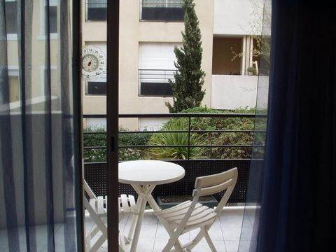 Loubière, 13005 Un appartement de type 2 au 2ème étage orienté SUD, sur la cour de l'immeuble et donc très calme, avec asc. Composé d'un entrée avec penderie, d'un séjour avec coin cuisine équipé et petite terrasse, chambre avec penderie, une salle d...