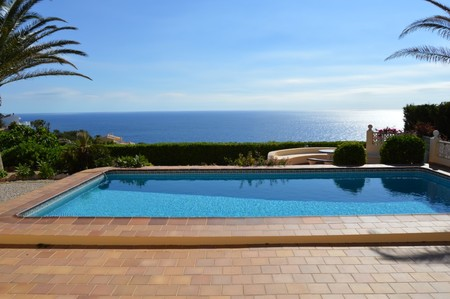 Villa for sale in Javea with sea views, situated in the urbanization Balcón al Mar, south facing property. Built in 2 levels. Main floor consists of a spacious lounge diner with fireplace, kitchen, 2 double bedrooms and 2 bathrooms. Upstairs with mas...