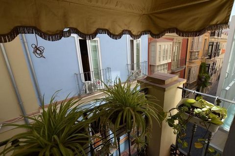 PENTHOUSE WITH TERRACE IN THE HEART OF MALAGA'S HISTORIC CENTRE Located steps away from museums, theatres, restaurants and shops. This gem of a property is a rare opportunity, situated in a beautiful building from the nineteen-thirties with tradition...