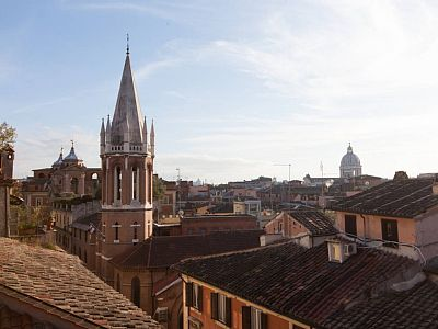 Panoramic loft for 5 persons by Spanish Steps, with incomparable view upon Rome. At a much lower price than a small hotel room, you will stay in an unbeatable position, near renowned shops and unique art masterpieces.