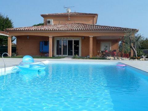 A 10 km de Muret, grande maison neuve F6. 153 m² habitable, 1 étage, 2 garages attenants, 1 piscine 11.5 x 5. 1 cuisine d'été, 1 salle de sport sur un terrain de 2000 m² clôturé et arboré, plus un terrain attenant de 4600 m².1 cuisine d'été de 15 m²