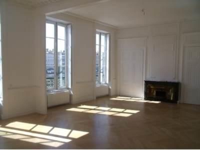 5 pièces de 160 m² rénovation récente Quai Fulchiron, Quartier Vieux Lyon.Grand séjour de 53 m² donnant sur le Quai, cuisine meublée et équipée,1 bureau, 3 chambres avec mezzanine. DISPONIBLE AU 10 NOVEMBRE REF 249
