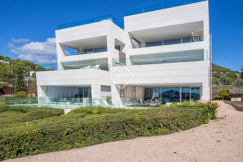 This modern apartment is in superb condition and offers spectacular views of the complex gardens and the sea, being located right in front of Talamanca beach. It has been decorated by interior designer Miriam Alía, giving it a modern and minimalist t...