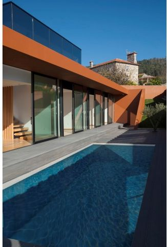 Fantastic villa, set in a serene environment, with brightness, design, sophistication and great finishing details, in the North of Portugal. The beaches of Rio Minho and Afife are just a few minutes away, allowing the practice of several water sports...