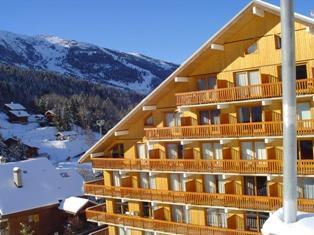 La résidence L'Ermitage, avec ascenseur, est située au pied des pistes de ski, dans le quartier du centre en face de l'arrêt du ski-bus (service de navettes gratuites). La résidence offre une vue sur les pistes de ski et le centre de la station. Supe...