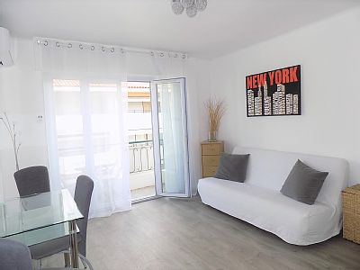 32m2 studio in Cannes Banana sector 1mn walk from the Croisette. It consists of a real sleeping area with a double bed and a sofa bed in the lounge. separate equipped kitchen. A spacious bathroom with walk-in shower.