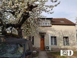 I@D France - Carole FOURNET ... vous propose : Lagny sur Marne, proche du lycée Van Dongen, sur 663 m² environ de terrain, maison non mitoyenne de 122 m² environ habitable avec 4 chambres. elle se compose :Au Rez de Chaussée : un triple séjour, une c...
