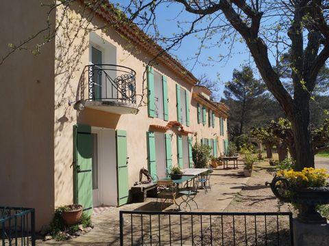 Location vacances d'une maison de charme avec Piscine proche d'Aix en Provence. Très beau mas provençal datant du XIXème siècle situé dans un environnement calme du quartier de St Marc Jaumegarde. Cette maison d'artiste a été décorée de manière origi...