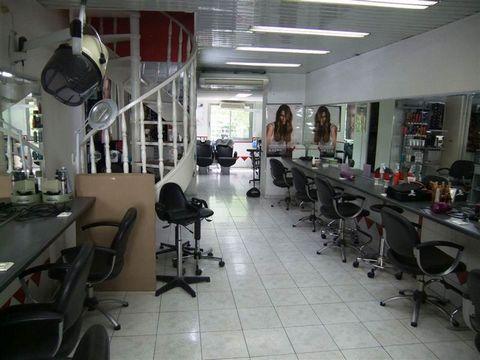 A vendre salon de coiffure de 65m² en duplex, tenu depuis 14 ans dans une rue commerçante au coeur du village de La Pomme. Au rdc 10 postes de travail , 2 bac , une réserve, 1 toilette et une terrasse. Au 1er une cabine d'esthetic et une cuisine.