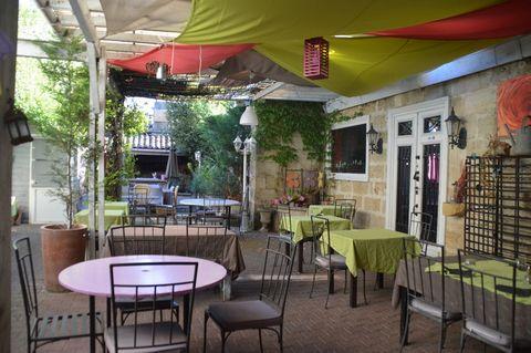 Beaucoup de potentiel pour ce restaurant à développer encore. La disposition des réserves et de la cuisine a été bien pensée, les salles permettent une clientèle différente. Ouverture midi et soir voir la journée grâce au bar et sa capacité. Les plac...