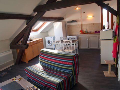 Hervé DESPLAT vous propose au 0685200699 un appartement de 64 m2 situé dans une résidence de style à CAZAUBON. L'appartement comprend: un vaste salon séjour avec cuisine ouverte de 30 M2. Deux chambres de 12 M2 une salle de bain avec wc de 8 M2 Loyer...