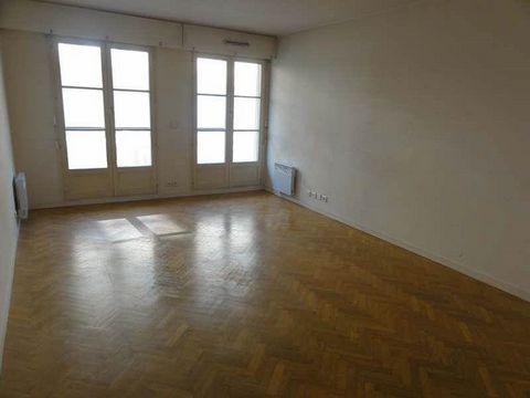 SAINT GERMAIN EN LAYEAu coeur de la ville, dans une résidence récente, joli appartement de 2 pièces, 49.21 m², au calme, à seulement 6 minutes à pied de la gare RER, comprenant : entrée, séjour sur balcon, cuisine équipée, chambre, salle de bains et ...