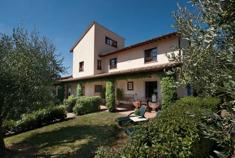 This apartment is part of a farmhouse which is situated right in the middle of the Italian region of Umbria. This farmhouse lies between the historic towns of Assisi, Perugia, Todi und Montefalco. It is built from stone and has 8 wonderful apartments...