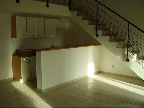A LOUER MARSEILLAN - T3 en duplex de 60.78 m2 au 1er étage - cuisine US aménagée - centre ville - loyer mensuel : 600 € - dépôt de garantie : 600 € - DPE : classe C - Honoraires charge locataire : VDB : 600 € (dont EDL 150 €)