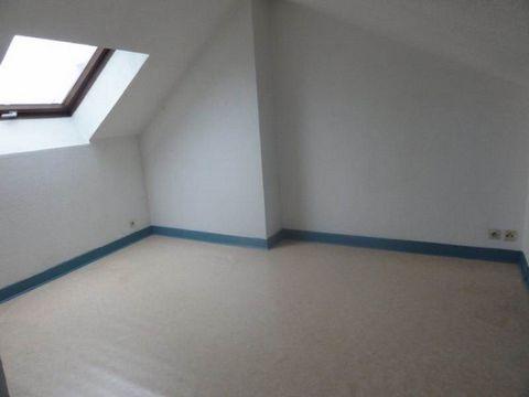 Pont Neuf, avenue du Mal de Lattre de Tassigny, agréable T2 de 32,27 m² au 3éme et dernier étage, composé d'un coin cuisine équipée, d'un séjour, d'une chambre et d'une salle d'eau avec WC. Appartement mansardé. Chauffage électrique. Loyer de 250,00 ...