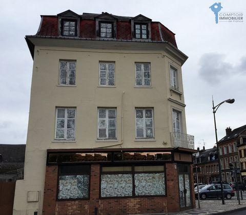 Immeuble de rapport, secteur Pont Audemer, proche des commerces, idéalement situé entre Deauville et Rouen, à 10minutes de L'autoroute A13, comprenant: Au RDC un local commercial d'angle, de 95m² et16m de vitrine,libre, et en étages avec accès indépe...