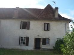 entre bayonne et pau proximit de sauveterre de barn, cette maison de 230 m construite en 1730 vous propose 6 chambres, 2 sjours, 1 cuisine et arrire cuisine, 1 salle de bain, 2 wc, une jolie grange avec tage sur un terrain de 500 .