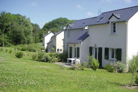 La Résidence Le Hameau De Peemor Pen est constitué de 94 maisons de vacances mitoyennes bretonnes, réparties dans 7 quartiers piétonniers. Il y a 3 types différents. Ainsi, il y a des appartements pour 4 personnes (FR-29160-18) sur un étage avec une ...