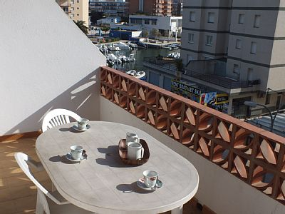 The studio in Rosas / Roses has capacity for 4 people. The studio has 32 m². It is located 0 m from the sand beach. The house is situated in a well connected neighborhood next to the sea. Rates: nightly-weekend - from 37.27 to 85.2 USD