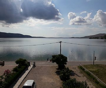 Accommodation units of type Studio flat 1 can be found in house in the town of Metajna, Pag . The house is 20 m away from the sea and is categorized as