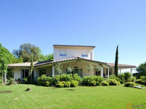 En Ardèche, proche de LES VANS, dans un quartier résidentiel, une magnifique villa de 250 m² sur 4100 m² de jardin paysagé avec piscine à débordement. Lieu protégé avec vue dégagée. Villa très lumineuse grâce à ses nombreuses baies à galandages . Pou...
