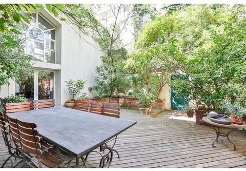 Au fond d'une impasse, au calme absolu, à quelques pas du métro Voltaire, une maison contemporaine de 5 pièces principales et d'une superficie de 150 m²,bénéficiant d'un très beau jardin privatif de 90 m², ensoleillé et arboré. Cette maison se compos...