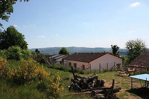 Sympathique maison de vacances sur un petit domaine de vacances avec piscine en Auvergne. Une destination idéale pour les familles avec des enfants ! Ce petit domaine de vacances est situé dans un endroit magnifique avec jolie vue, au milieu de la na...