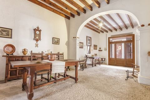 Townhouse to refurbish with a lot of potential in Pollensa Magnificent townhouse with patio in the center of Pollensa, with a lot of history and traditional finishing, typical for Mallorca of the past. The house counts with more than 400 m2 construct...