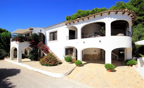 Villa for sale in Moraira with sea views. Located at the end of a cul-de-sac in a primelocation, just 550m from the beach and amenities and enjoying views of the sea is this traditional villa. The villa is approached via electric gatesand a long d...