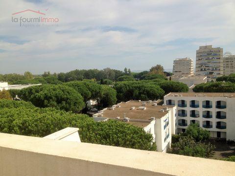 Dans une des pyramides de la station balnéaire Languedocienne classée « Patrimoine du XXème siècle » de la Grande Motte, s'abrite ce grand et lumineux T2 de 58m² environ à la vue à 180° sur la diversité de l'architecture du site et la « Grande Bleue ...