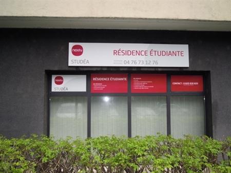 Calme et espaces verts : Cette résidence étudiante est située au cur du nouveau quartier Vigny Musset, qui allie les avantages de la ville au calme des espaces verts. L'IUFM, l'Ecole d'Architecture et l'Institut de la Communication et des Médias sont...