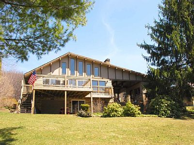 Lakeside Sunsets is a great getaway for a small family who wants to relax. Whether it is just you and a spouse, or a vacation with the kids, you will enjoy the calmness of being right on the lake watching the boats go by. Rates: weekend - from 697.0...